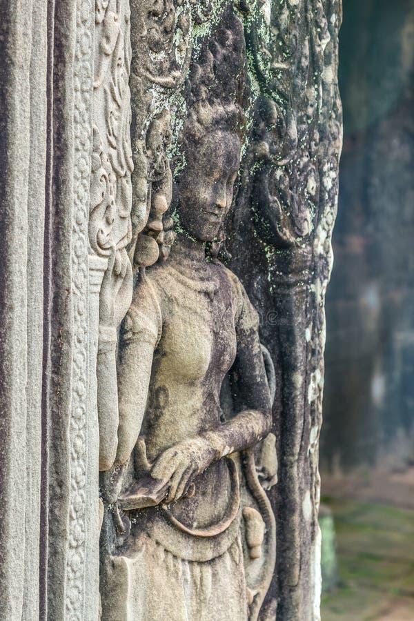 Estátua cinzelada da mulher no templo de Bayon no parque arqueológico de Angkor, perto de Siem Reap, Camboja foto de stock