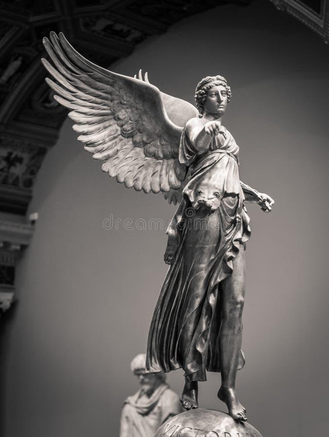 Estátua clássica romana da mulher da vitória com asas imagem de stock