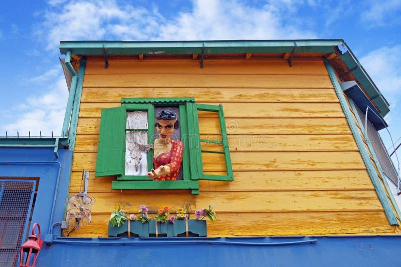 Estátua colorida na janela verde de uma casa amarela no La argentino famoso Boca do distrito de Buenos Aires contra imagem de stock royalty free