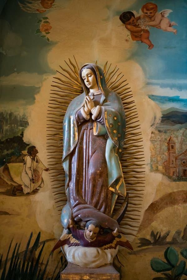 Estátua com anjos pintados, Havana da Virgem Maria, Cuba imagens de stock