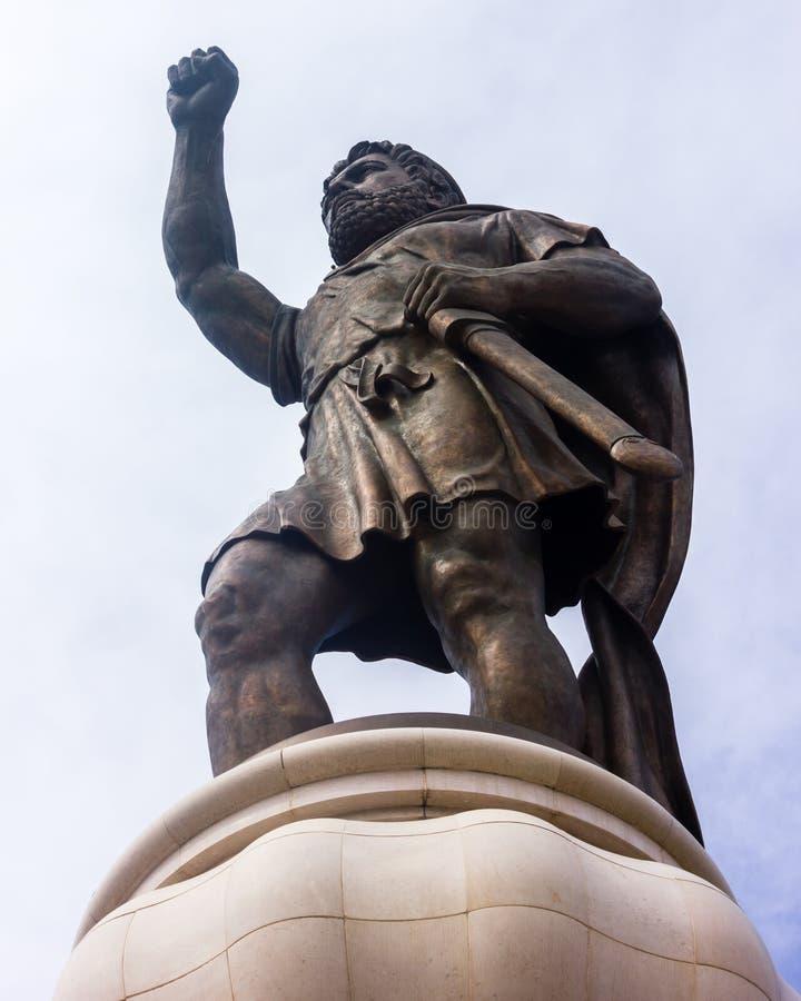 Estátua com a espada no centro de Skopje, Macedônia fotografia de stock royalty free