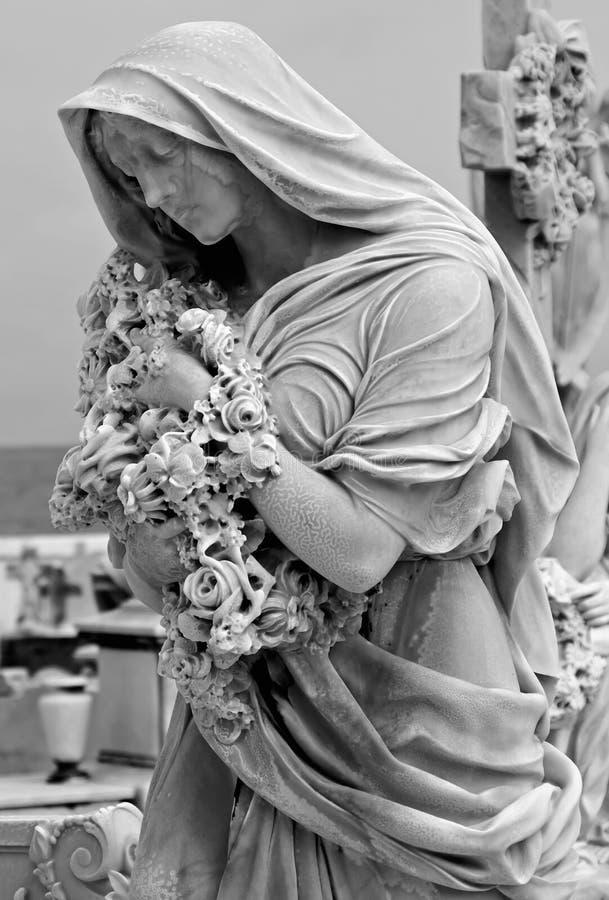 Estátua com flores fotografia de stock