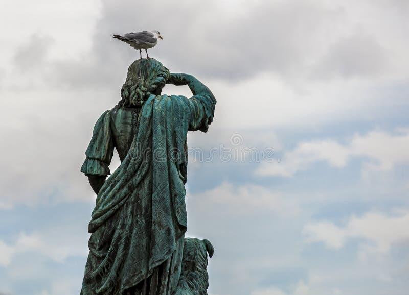 Estátua com uma gaivota em sua cabeça fotografia de stock royalty free