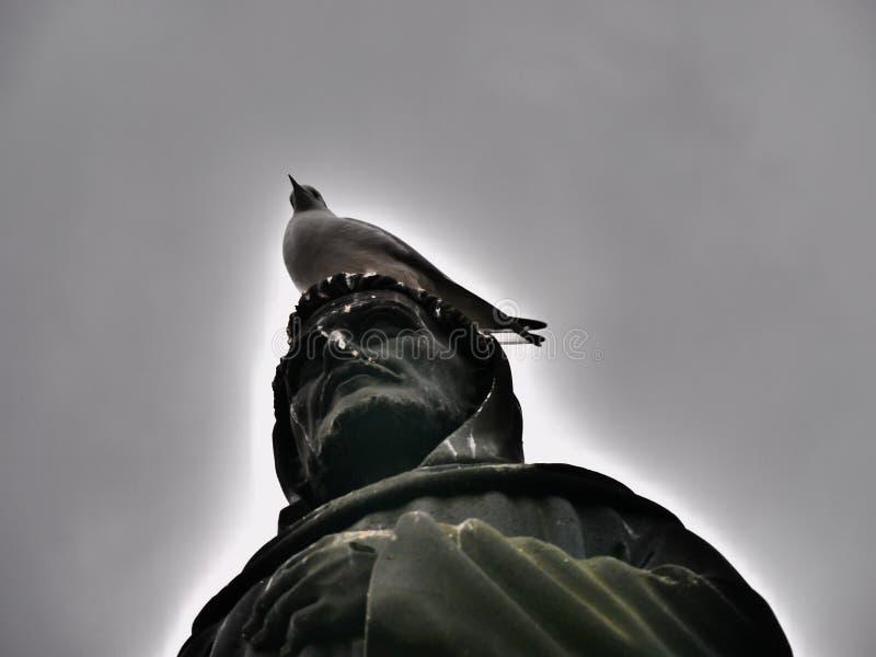Estátua contra Pombo fotografia de stock royalty free