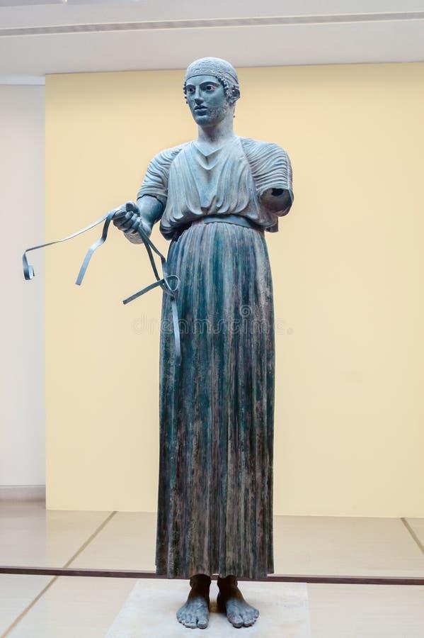 Estátua da auriga situada em Delphi fotos de stock
