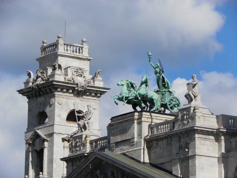 Estátua da biga com Nike Budapest, Hungria imagem de stock