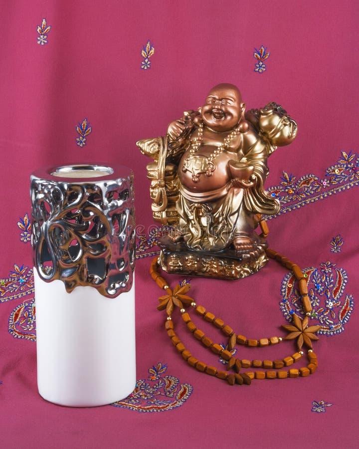 Estátua da Buda, castiçal, grânulos de madeira fotos de stock
