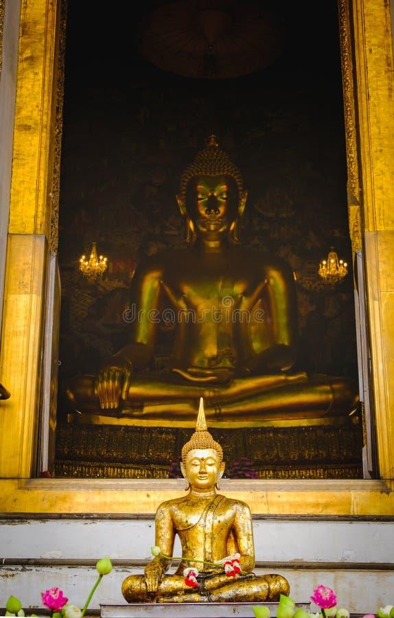Estátua da Buda com arquitetura tailandesa da arte e fundo grande do ouro de buddha na igreja imagens de stock royalty free