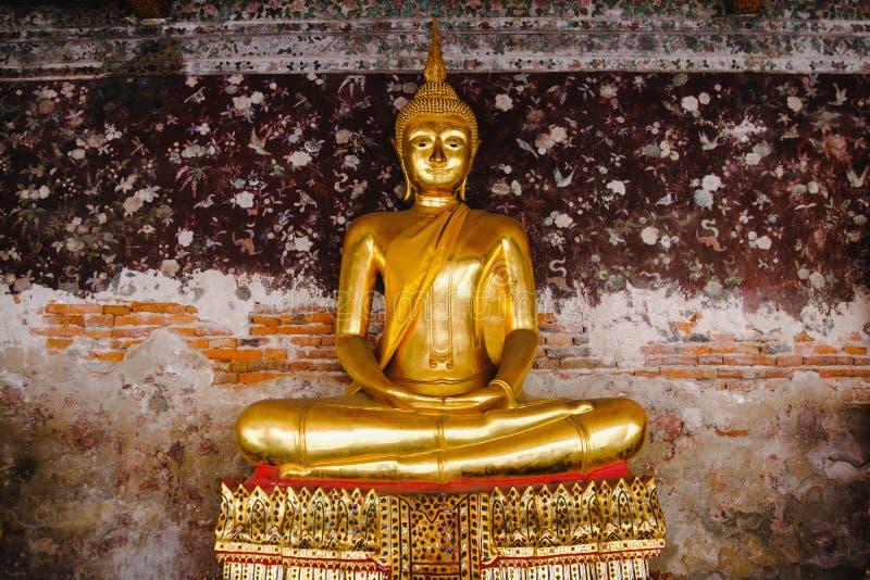 Estátua da Buda com arquitetura tailandesa da arte no templo de Wat Suthat imagens de stock royalty free