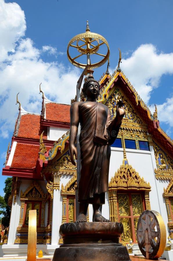 Estátua da Buda com o para-sol fora do templo Hat Yai Tailândia fotos de stock