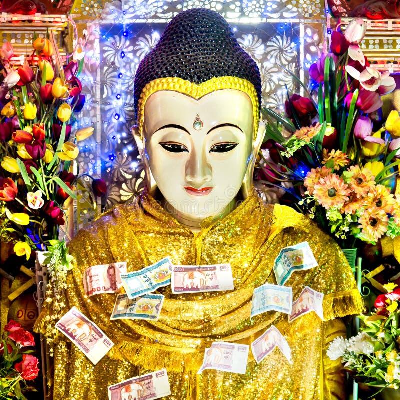Estátua da Buda com ofertas do dinheiro na montagem Popa, Myanmar fotos de stock royalty free