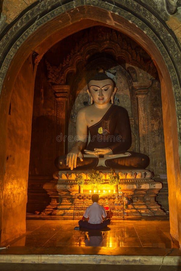 Estátua da Buda do estilo burmese em Bagan imagem de stock royalty free