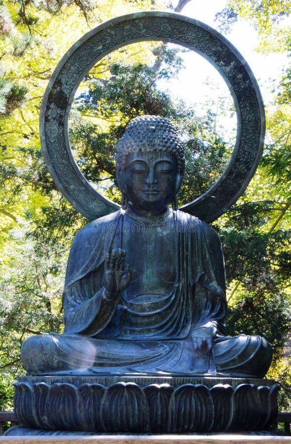 Estátua da Buda do metal no parque imagem de stock royalty free