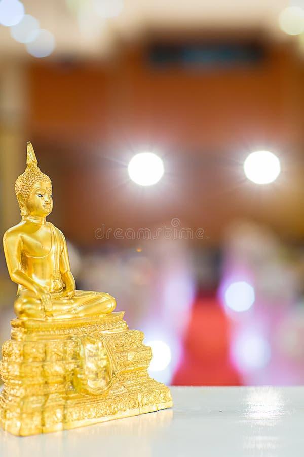 Estátua da Buda do ouro na tabela símbolo da religião do budismo na cerimônia de casamento tailandesa fotografia de stock
