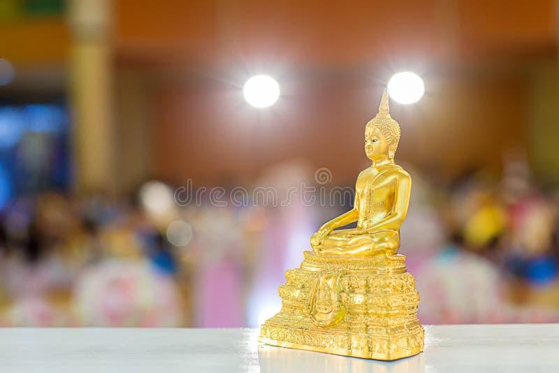 Estátua da Buda do ouro na tabela símbolo da religião do budismo na cerimônia de casamento tailandesa imagem de stock