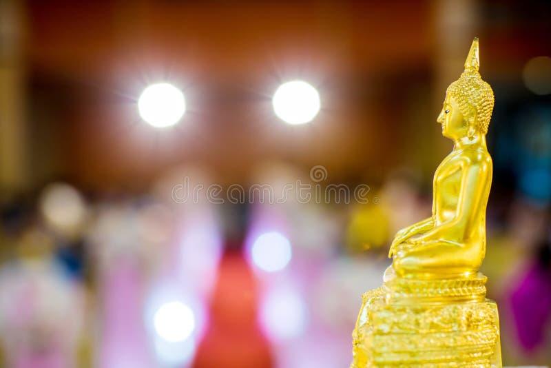 Estátua da Buda do ouro na tabela símbolo da religião do budismo na cerimônia de casamento tailandesa imagr para objetos, e fundo fotos de stock