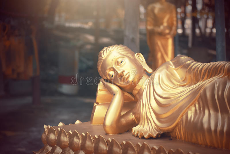 Estátua da Buda do ouro no templo de Tailândia imagem de stock royalty free