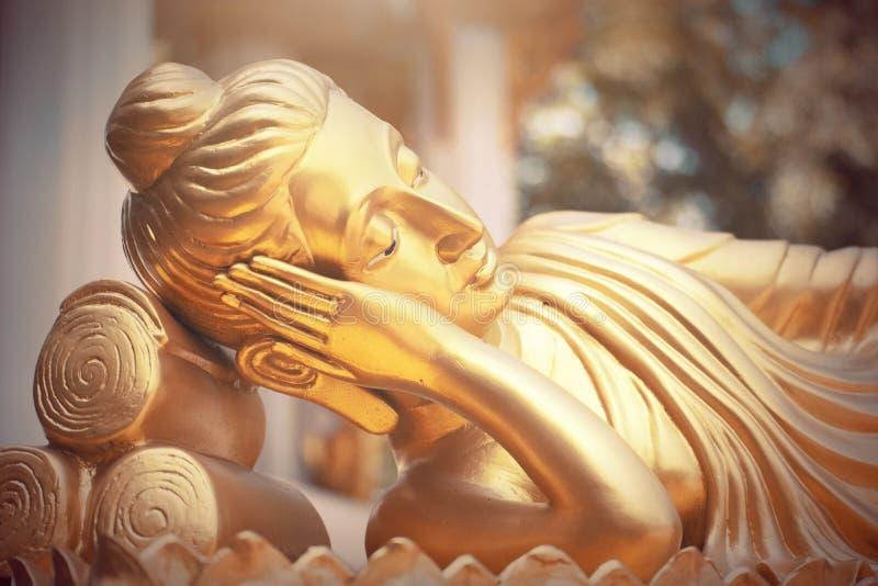 Estátua da Buda do ouro no templo de Tailândia fotografia de stock