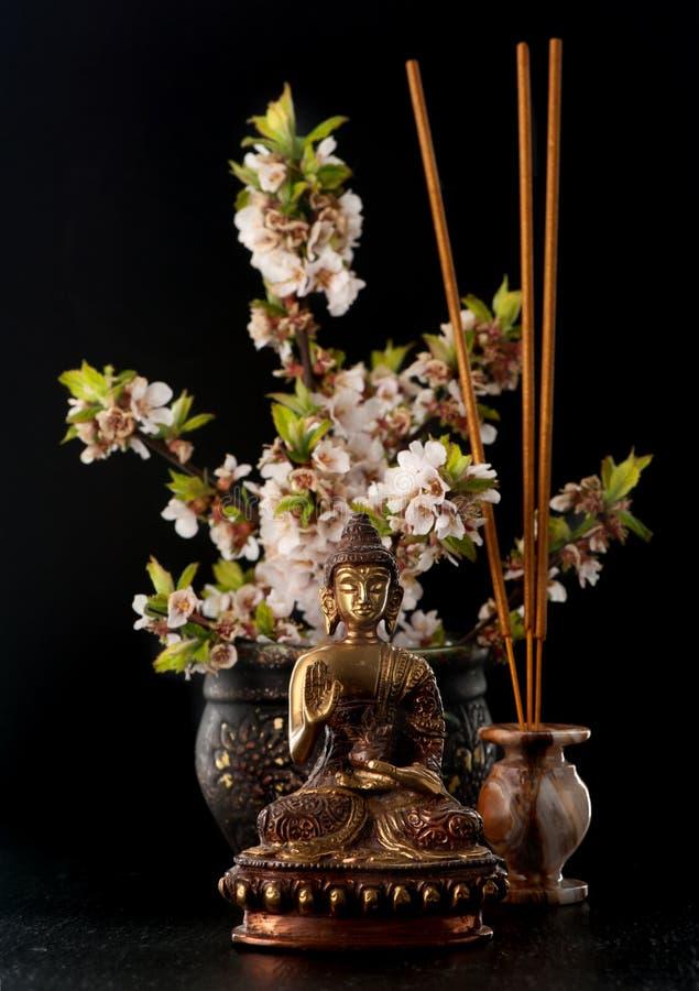 Estátua da Buda e zen das pedras foto de stock