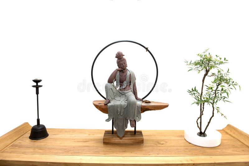 Estátua da Buda isolada contra o fundo branco imagens de stock royalty free