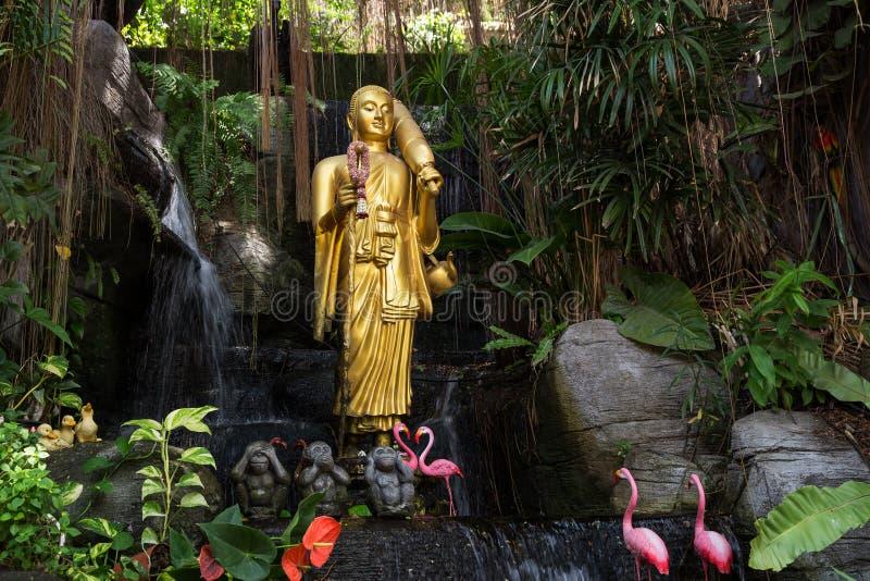 Estátua da Buda na montagem dourada em Banguecoque foto de stock royalty free
