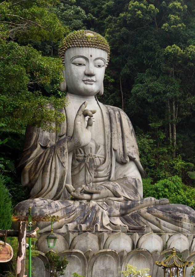 Estátua da Buda na montanha em Malásia foto de stock