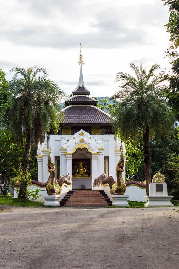 Estátua da Buda no estilo tailandês da capela fotografia de stock