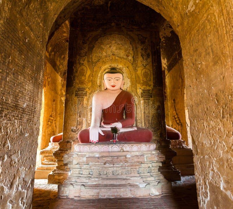 Estátua da Buda no pagode em Bagan, Myanmar imagem de stock