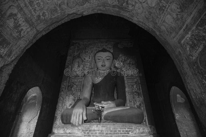 Estátua da Buda no templo de Guni em Bagan, Myanmar imagem de stock