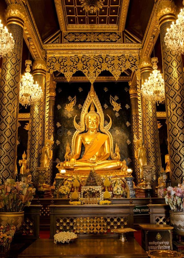 Estátua da Buda no templo de Wat Phra Sri Rattana Mahathat, Tailândia foto de stock royalty free