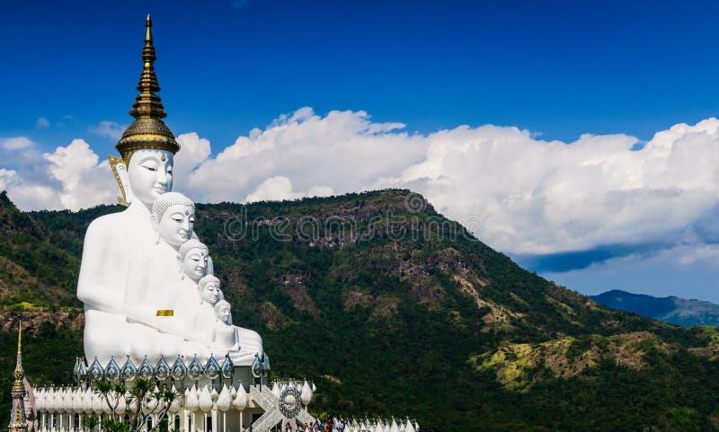 Estátua da Buda que é no meio das montanhas e do céu imagem de stock