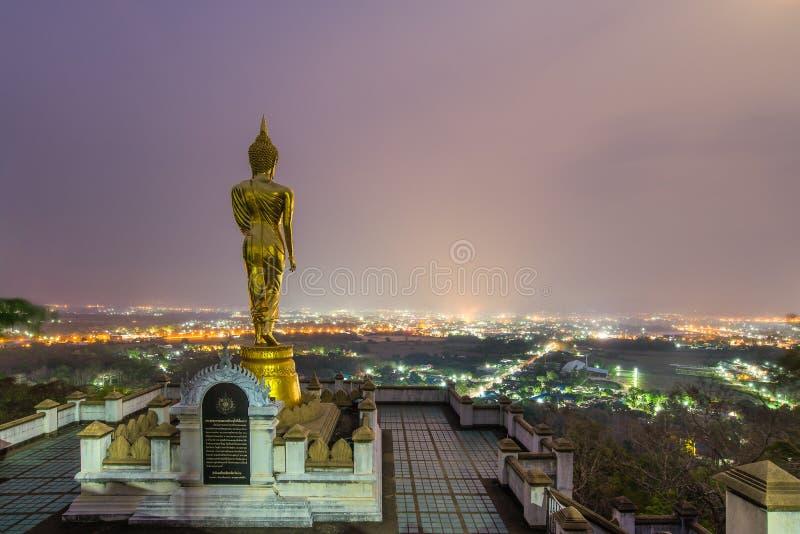 Estátua da Buda que está em uma montanha em Wat Phra That Khao Noi, Nan, Tailândia fotografia de stock royalty free