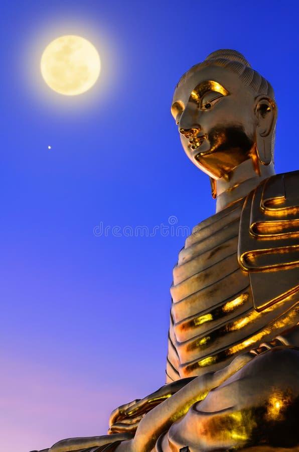 Estátua da Buda sob a Lua cheia fotos de stock royalty free