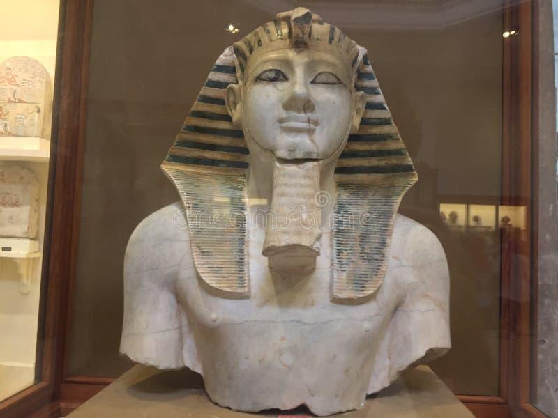 Estátua da cara do rei Thutmose III no museu egípcio imagens de stock royalty free