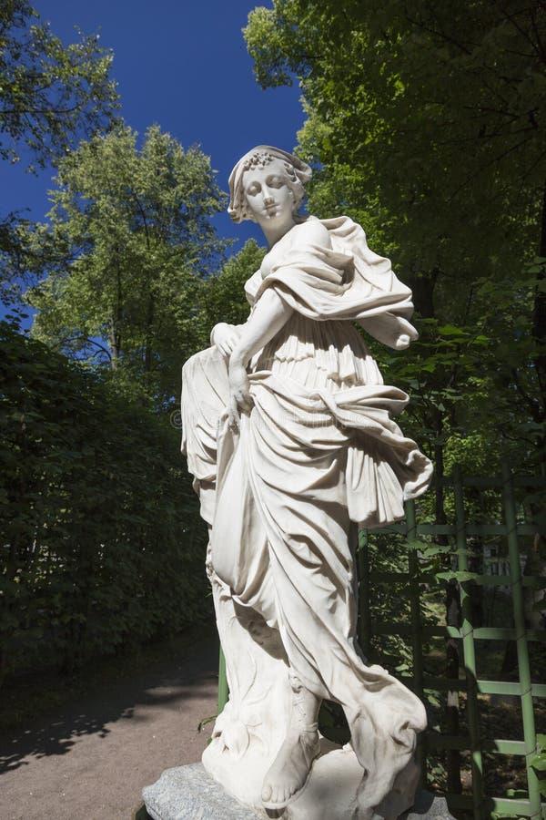 Estátua da coleção das esculturas de mármore por mestres italianos de finais de XVII - cedo os séculos XVIII no verão jardinam i fotografia de stock royalty free