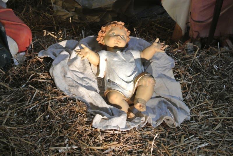 Estátua da criança de jesus na cena da natividade imagem de stock