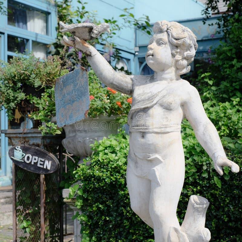 Estátua da criança do ângulo imagens de stock