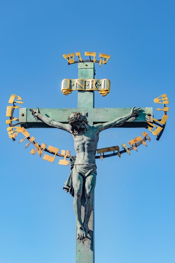 Estátua da crucificação de Jesus em Charles Bridge em Praga, República Checa imagens de stock