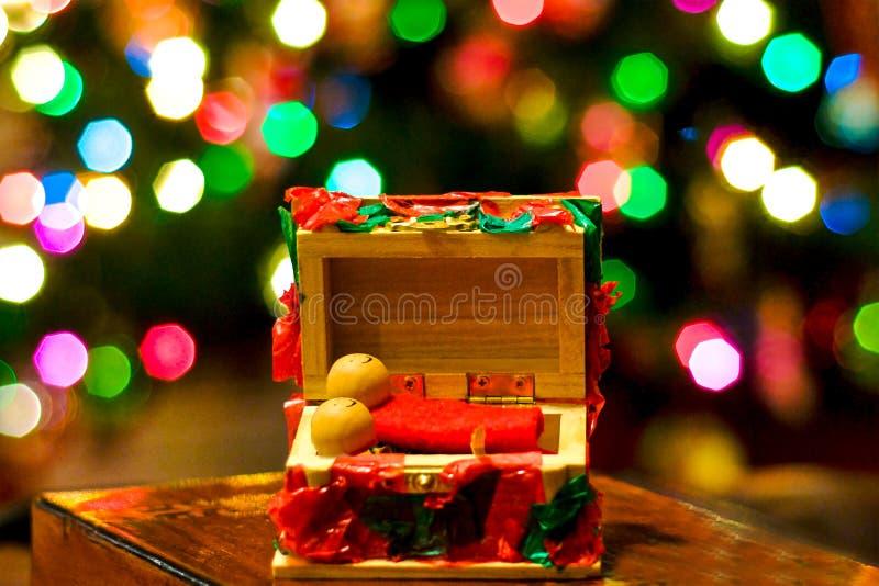 Estátua da decoração das bonecas do Natal de Santa que ilumina o fundo isolado close up foto de stock royalty free