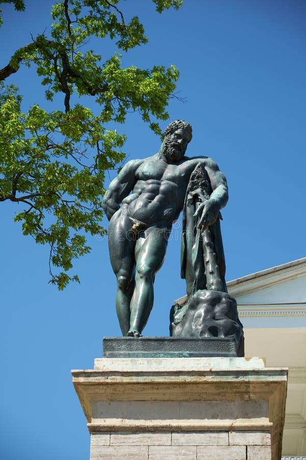 Estátua da escultura de Hercules Catherine Park St Petersburg fotografia de stock royalty free