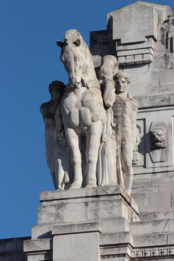 Estátua da estação de trem central, Milão imagem de stock