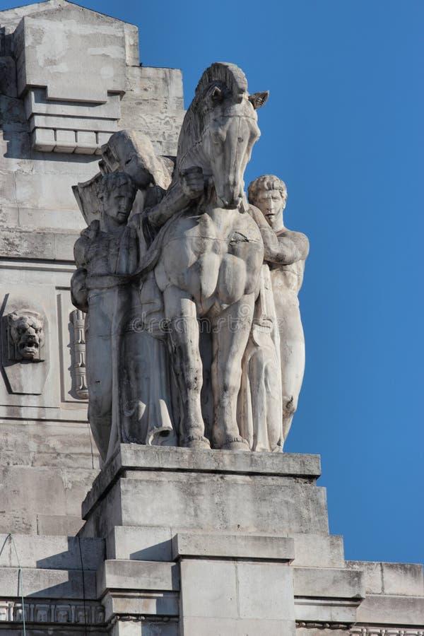 Estátua da estação de trem central, Milão foto de stock