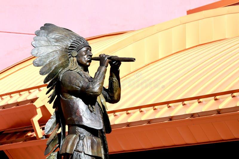 Estátua da flauta do nativo americano no céu Ute Casino Resort, Ignacio, Colorado fotos de stock royalty free