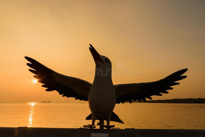 Estátua da gaivota do Bangpoo no tempo crepuscular do por do sol do céu na proibição fotos de stock royalty free