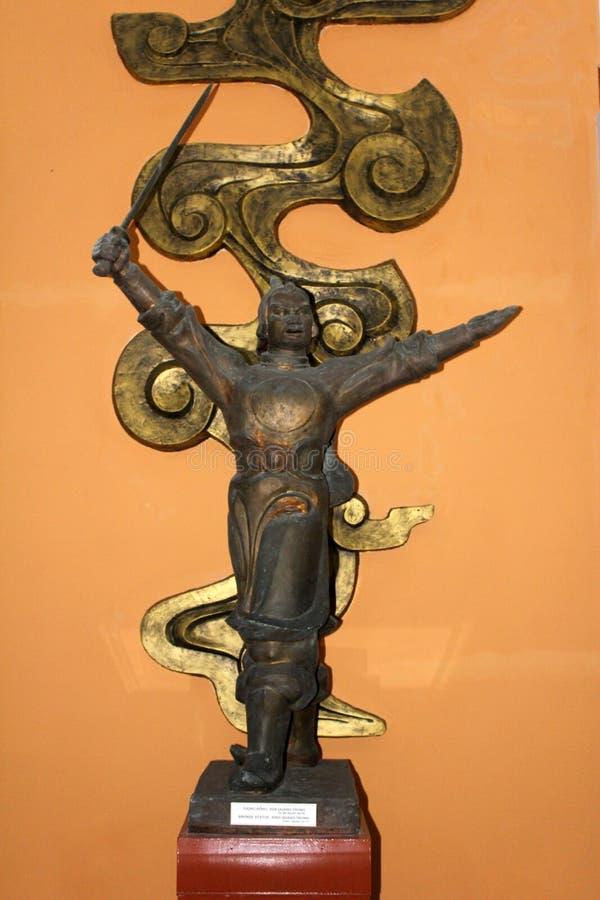 Estátua da guerra vietnamiana antiga com uma espada fotografia de stock