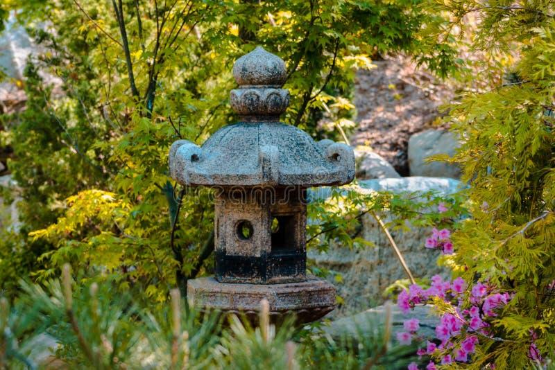 Estátua da lanterna na entrada dos jardins japoneses em Grand Rapids Michigan imagens de stock