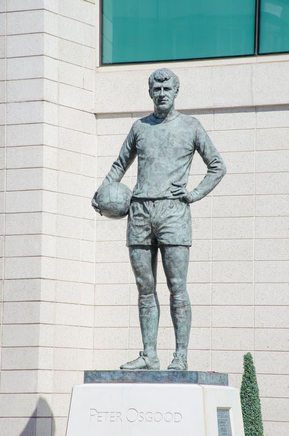 Estátua da legenda de Peter Osgood Chelsea FC fora da terra da ponte de Stamford imagem de stock royalty free