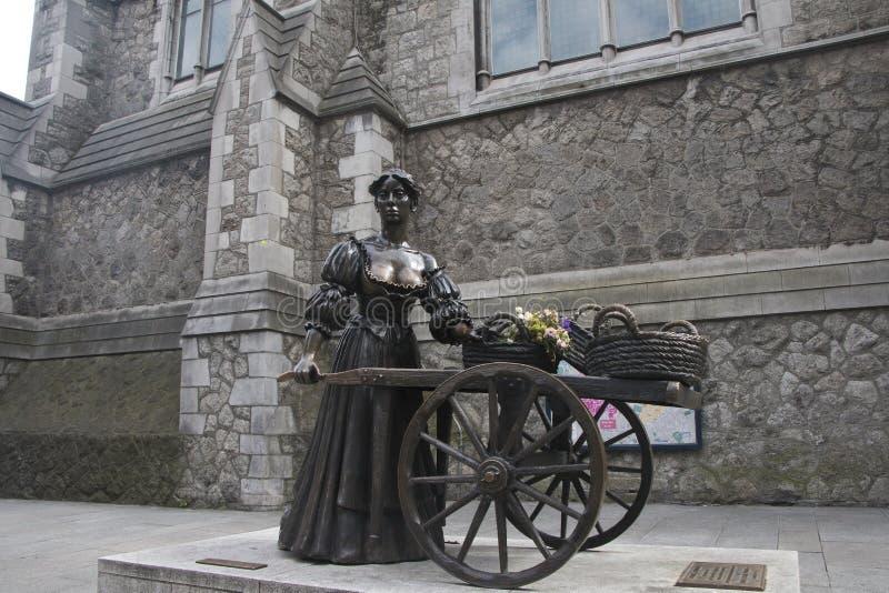 Estátua da legenda popular irlandesa Molly Malone em Grafton Street fotografia de stock royalty free