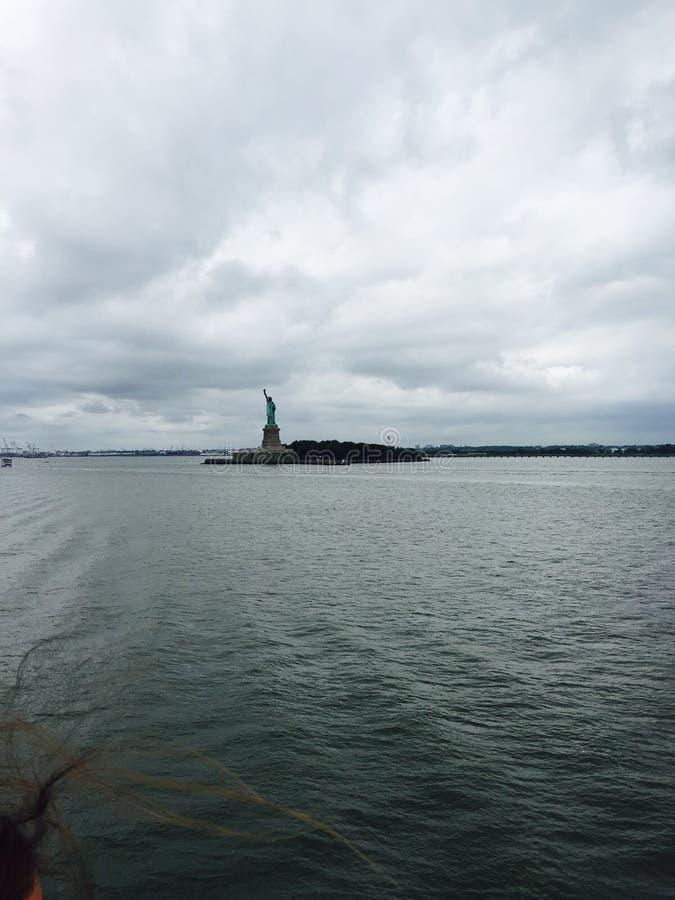 A estátua da liberdade é distante Tempo nebuloso fotografia de stock