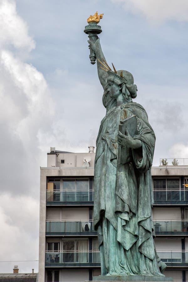 Estátua da liberdade de Paris no rio fotos de stock royalty free
